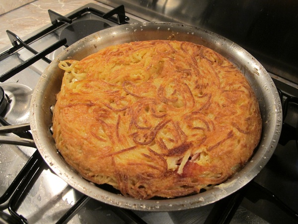 Frittata di Maccheroni alla Napoletana - Cooking the other side of the Frittata